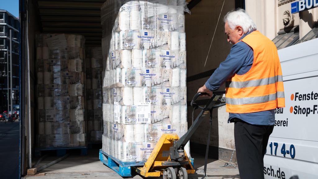 25.03.2020, Hamburg: Ein Mann liefert eine Palette Toilettenpapier an eine Budnikowsky-Filiale. In der Corona-Krise kommt es bei Toilettenpapier immer noch zu Hamsterkäufen. Foto: Christophe Gateau/dpa +++ dpa-Bildfunk +++