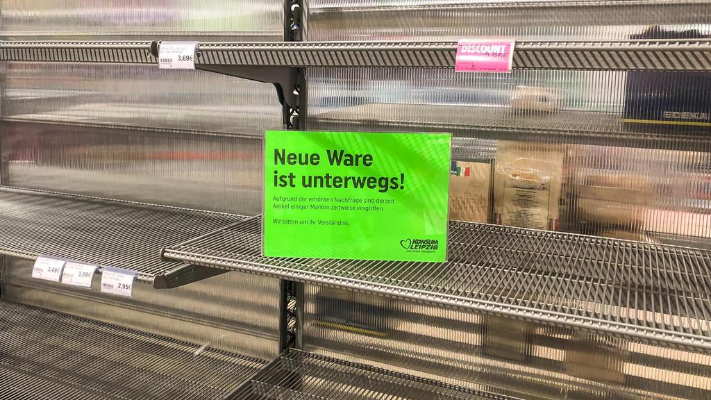 Leere Supermarktregale werden aufgefüllt