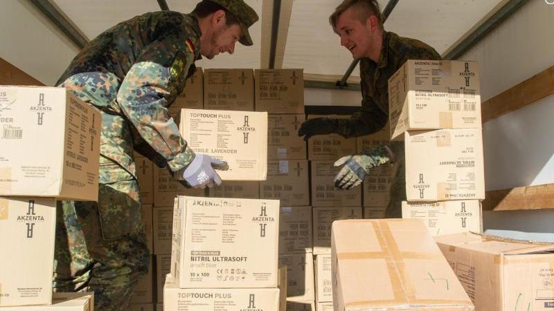 Soldaten des Logistigbattaillons 171 beladen ein Fahrzeug mit Kisten. Foto: Klaus-Dietmar Gabbert/dpa