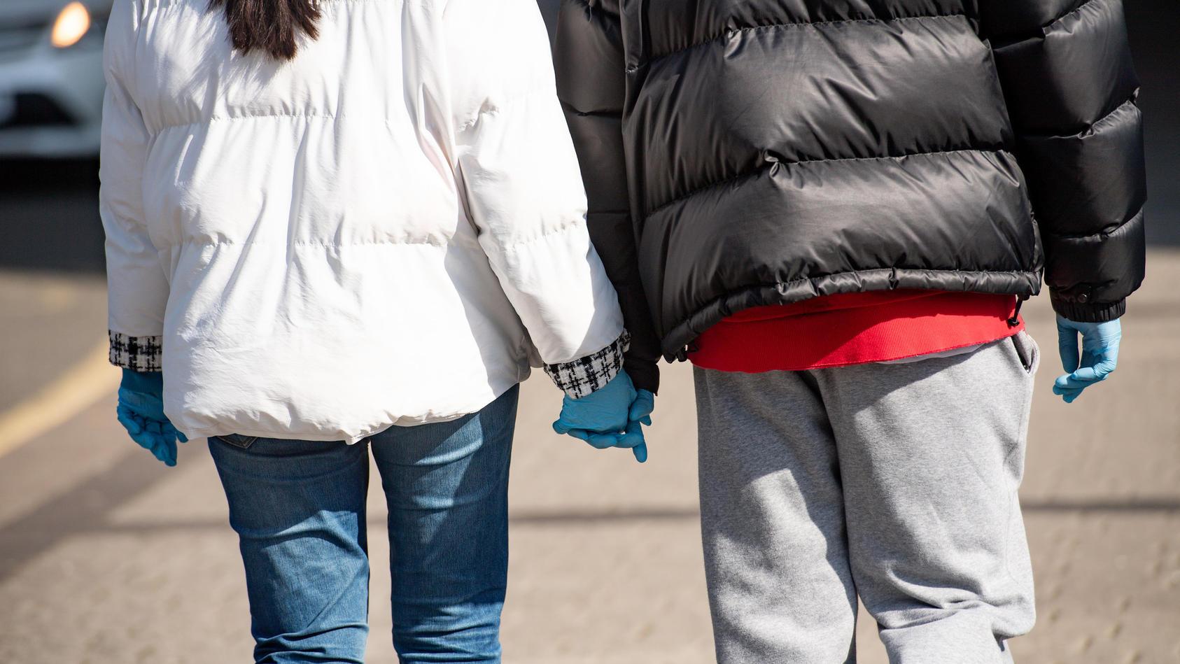 Großbritanniens Regierung hat Paare mit getrennten Haushalten aufgefordert, ihre Beziehung auf Belastbarkeit zu testen.