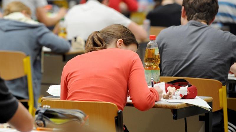Abiturienten schreiben die Abiturprüfung in Deutsch. Foto: Armin Weigel/dpa/Archivbild