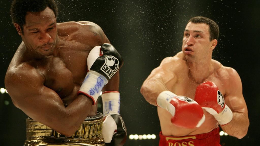 Der Schwergewichtsweltmeister nach Version der IBF und IBO, Wladimir Klitschko aus der Ukraine (r), steht am Samstag (07.07.2007) beim Rematch gegen den US-Amerikaner Lamon Brewster in der Kölnarena in Köln im Boxring. Klitschko gewinnt den Kampf dur
