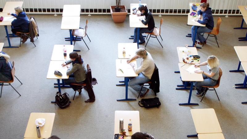 Schülerinnen und Schüler schreiben eine Deutsch-Abiturprüfung. Foto: Roland Weihrauch/dpa/Archivbild