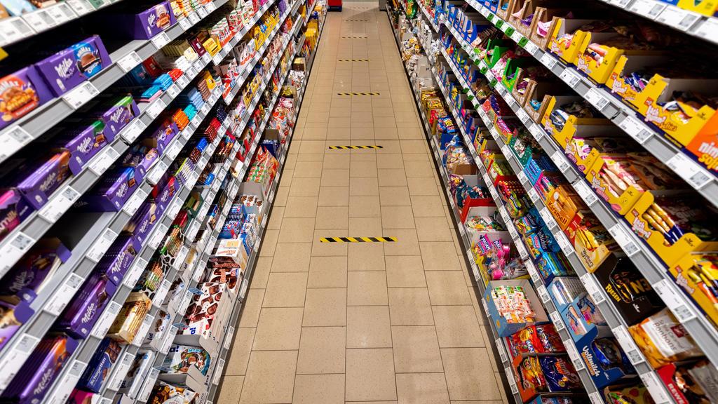 24.03.2020, Sachsen, Dresden: Markierungsband im Abstand von 1,50 Meter ist auf den Fußboden in einem Supermarkt geklebt. Um die Ausbreitung des Coronavirus zu verlangsamen hat die Bundesregierung das öffentliche Leben weiter erheblich eingeschränkt.