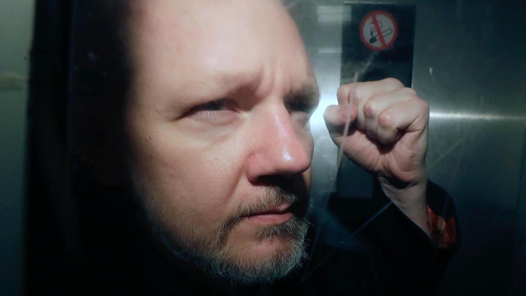 ARCHIV - 01.05.2019, Großbritannien, London: Julian Assange, Mitbegründer der Enthüllungsplattform WikiLeaks, verlässt das Gericht. (zu dpa:Wikileaks-Gründer Assange hofft wegen Coronavirus auf Freilassung) Foto: Matt Dunham/AP/dpa +++ dpa-Bildfunk +