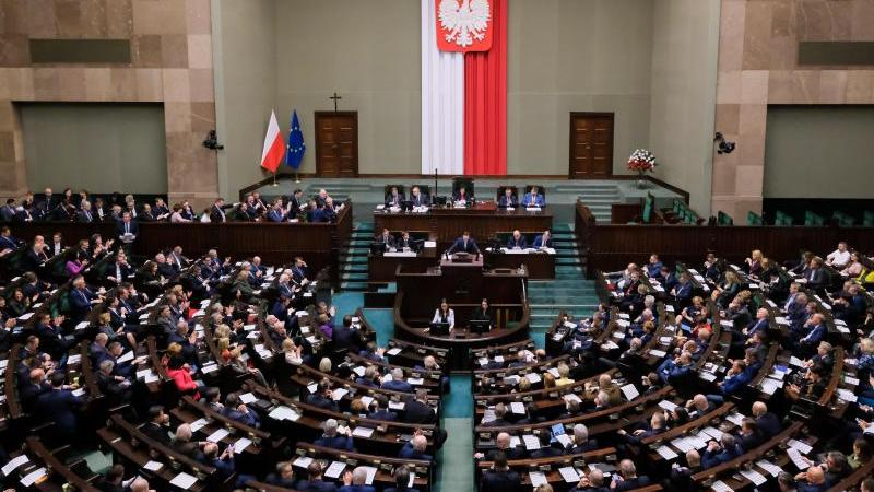 Abgeordnete nehmen an einer Sitzung des polnischen Parlaments teil. Das polnische Parlament hat ein umstrittenes Gesetz zur Disziplinierung von Richtern verabschiedet. Foto: Grzegorz Banaszak/ZUMA Wire/dpa