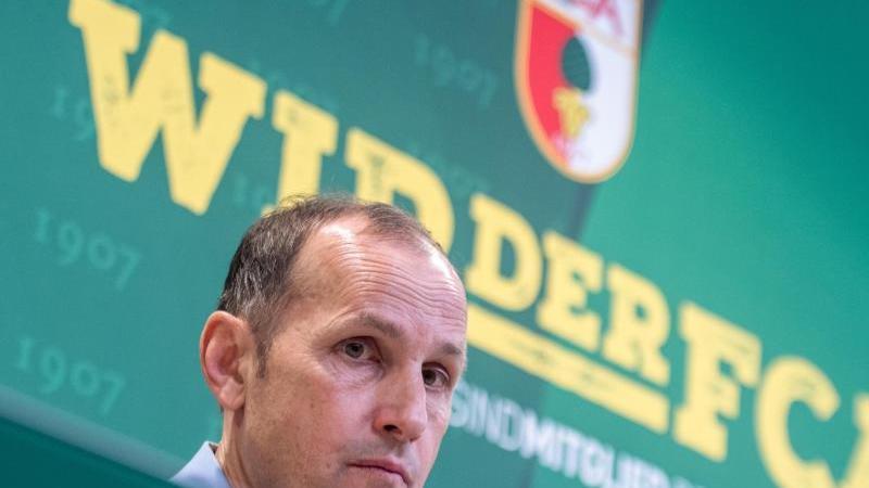 Augsburgs Trainer Heiko Herrlich sitzt bei einer Pressekonferenz in der WWK-Arena. Foto: Stefan Puchner/dpa/Archivbild