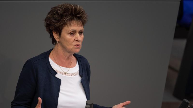 Abgeordnete Sabine Zimmermann (Die Linke) spricht im Bundestag. Foto: Monika Skolimowska/zb/dpa/Archivbild
