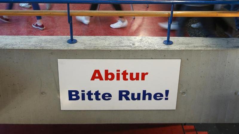 """Ein Schild mit der Aufschrift """"Abitur Bitte Ruhe!"""" hängt im Gang eines Gymnasiums. Foto: Thomas Warnack/dpa/Archivbild/Symbolbild"""