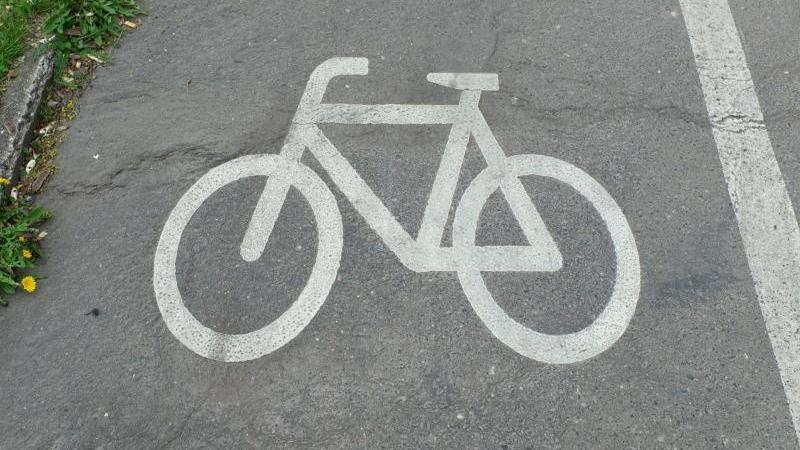 Ein Fahrradsymbol weist Radfahrern die Benutzung des Radweges an. Foto: Peter Endig/dpa-Zentralbild/dpa/Archivbild/Symbolbild