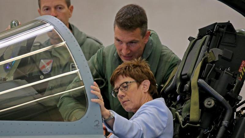 Verteidigungsministerin Annegret Kramp-Karrenbauer (CDU) sitzt in einem Eurofighter. Foto: Oliver Berg/dpa/Archivbild
