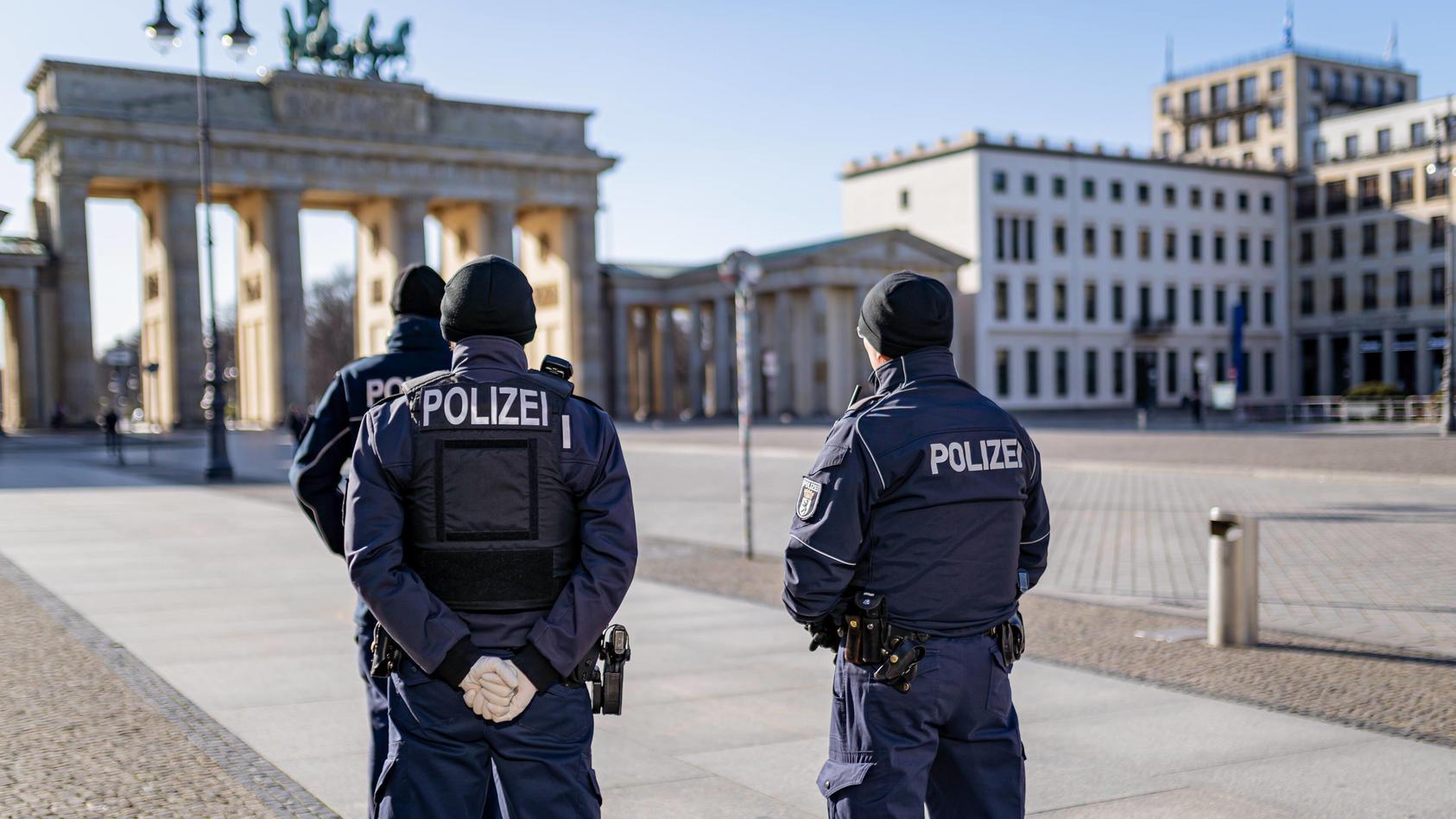 23.03.2020, Berlin, Deutschland, GER - Impressionen aus Berlin während der Ausgangsbeschränkung: Polizisten stehen auf