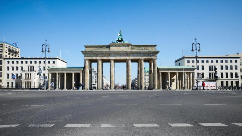 Selbst zur Hauptverkehrszeit ist die Ebertstraße vor dem Brandenburger Tor leer. Foto: Annette Riedl/dpa
