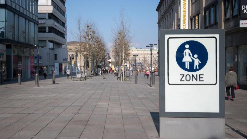 Nur wenigen Menschen sind auf der Einkaufsmeile Königstraße in Stuttgart unterwegs. Foto: Marijan Murat/dpa