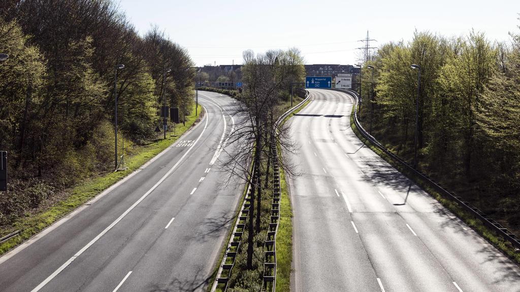 Maßnahmen aufgrund Coronavirus Pandemie, leere Straßen am Zubringer zur A46 *** Coronavirus pandemic measures, empty roads at the A46 feeder road