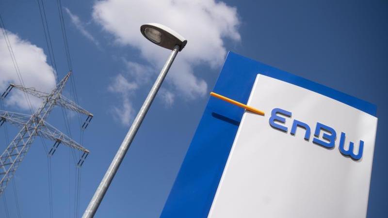 Das Logo der EnBW ist an einem Verwaltungsgebäude des Energiekonzerns zu sehen. Foto: Marijan Murat/dpa/Archivbild