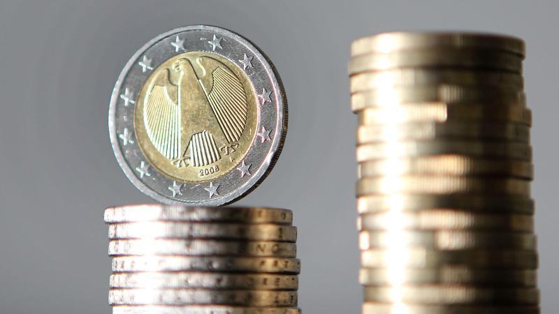Euro-Münzen sind übereinander gestapelt. Foto: Oliver Berg/dpa/Archivbild