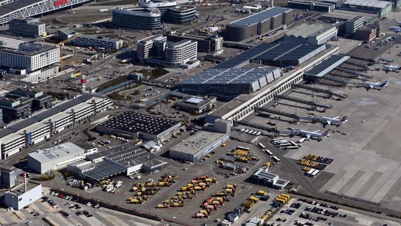 Luftbild, aus einem Flugzeug aufgenommen, vom Stuttgarter Flughafen. Foto: Uli Deck/dpa