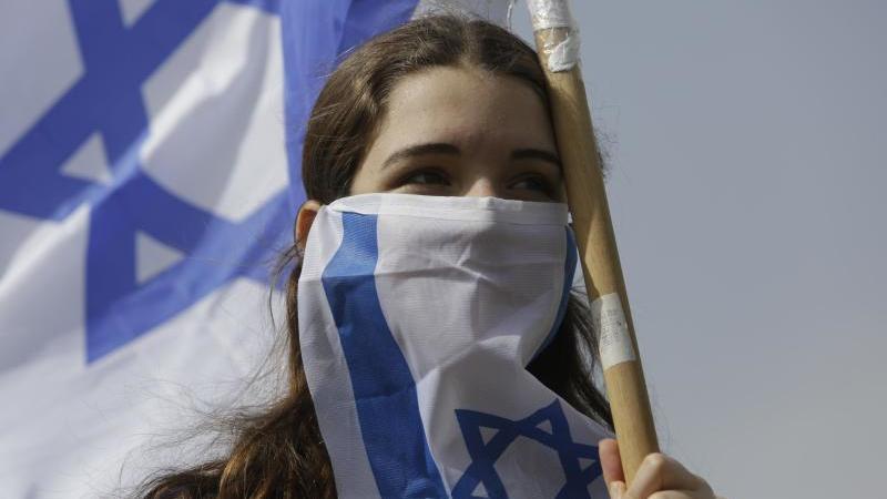 Eine junge Frau Anfang der Woche während eines Protests gegen Ministerpräsident Netanjahu in Jerusalem. Foto: Sebastian Scheiner/AP/dpa