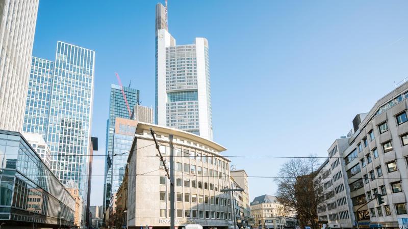 Die Verkehrskreuzung am Willy-Brandt-Platz, im Hintergrund der Turm der Bank (M). Foto: Andreas Arnold/dpa