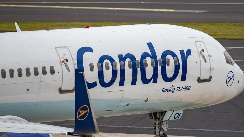 Es ist ein Flugzeug der Fluggesellschaft Condor zu sehen. Foto: Marcel Kusch/dpa/dpa-tmn/Archivbild