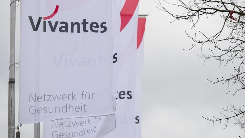 """Fahnen mit der Aufschrift """"Vivantes"""" wehen vor dem Vivantes Klinikum in Berlin-Neukölln im Wind. Foto: Silas Stein/dpa/Archivbild"""