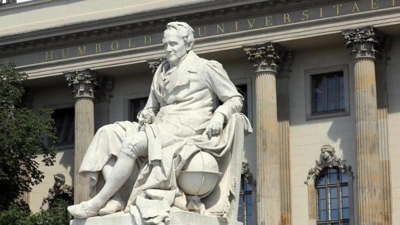 Die Statue von Alexander von Humboldt vor dem Haupteingang der Humboldt-Universität in Berlin. Foto: Wolfgang Kumm/dpa/Archivbild
