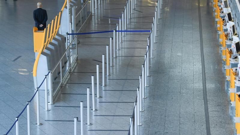 Bodenmarkierungen sind im Wartebereich vor den Check-In-Schaltern auf dem Boden angebracht. Foto: Arne Dedert/dpa/Archivbild