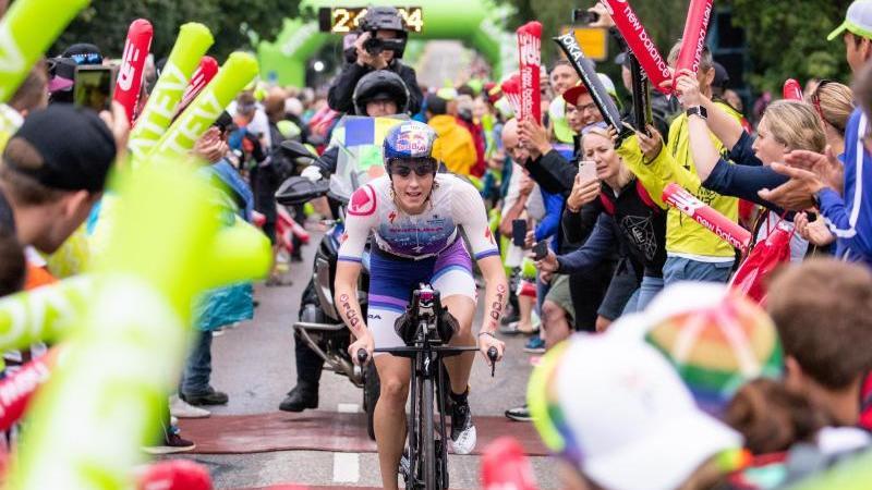 Lucy Charles-Barclay, Triathletin aus Großbritannien, fährt während der Radetappe beim Datev Challenge Roth am Solarer Berg. Foto: Daniel Karmann/dpa/Archivbild