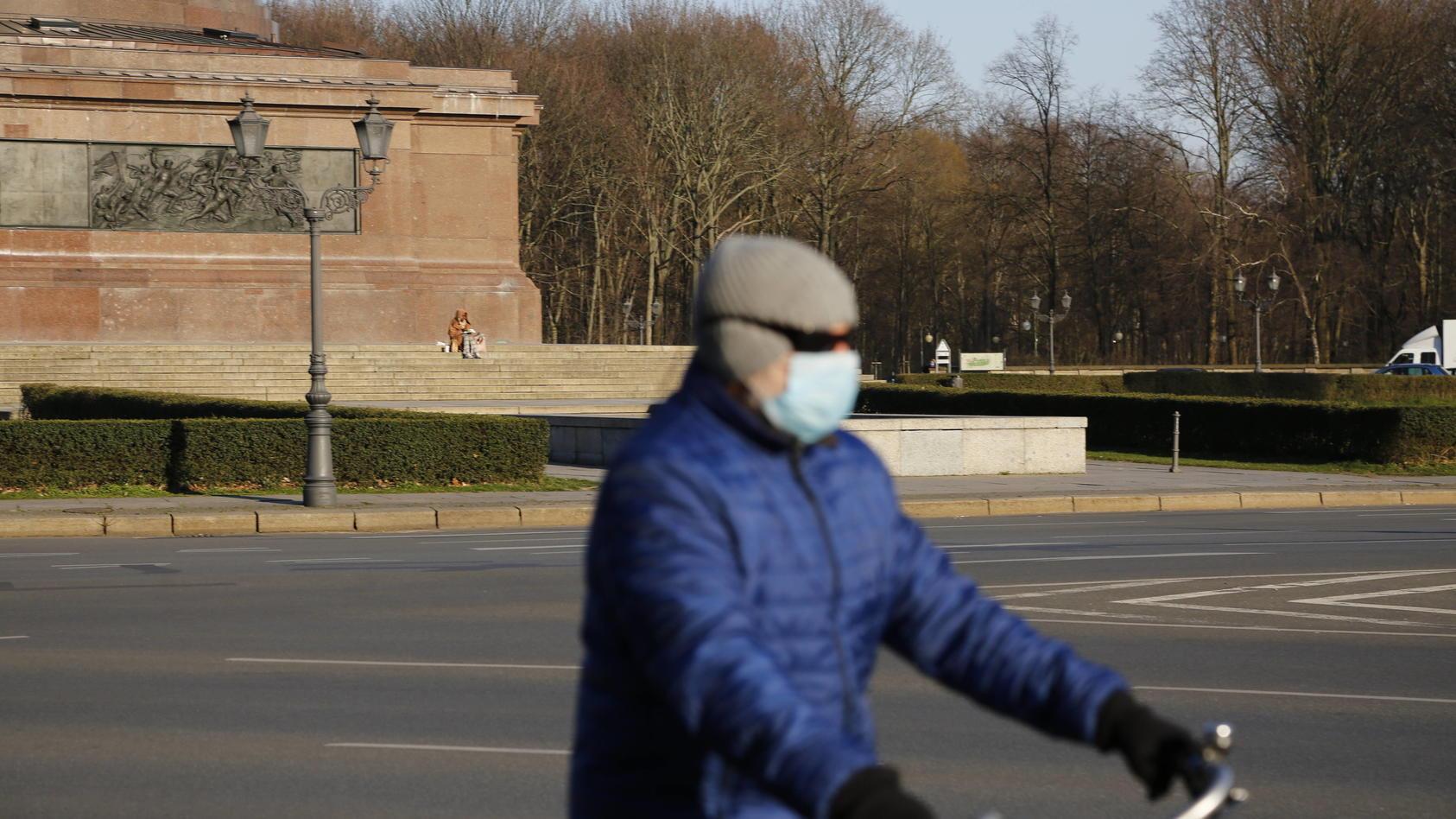 Ein Radfahrer an der Siegessäule während der Corona-Pandemie am 24.03.2020 *** A cyclist at the Victory Column during th