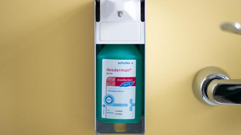 Ein Desinfektionsmittelspender ist zu sehen. Foto: Jonas Güttler/dpa/Symbolbild