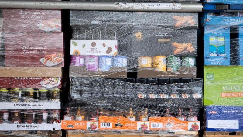 Paletten mit Lebensmitteln auf der Ladefläche eines LKW. Einzelhandel, Industrie und Politik sehen die Versorgung trotz angespannter Lage als sicher. Foto: Sven Hoppe/dpa