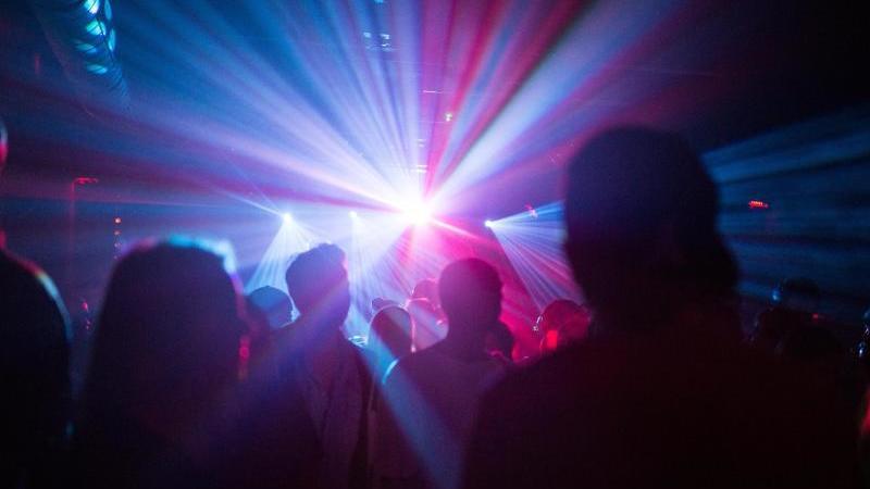 Menschen tanzen in einem Club. Foto: Sophia Kembowski/dpa/Symbolbild