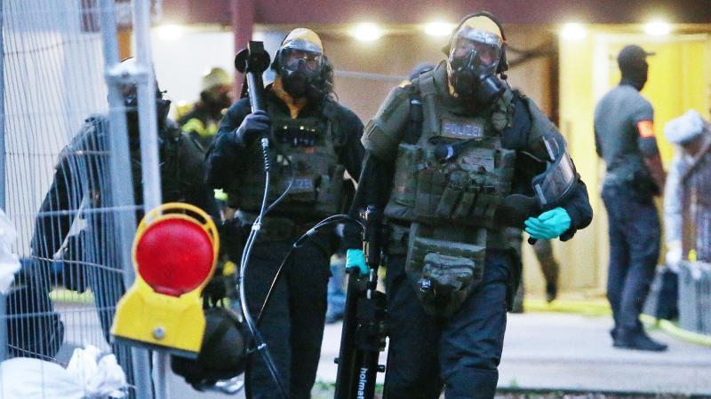 Die Polizei entdeckte in zwei Kölner Hochhauswohnungen ein Bomben- und Giftlabor. Foto: David Young/dpa