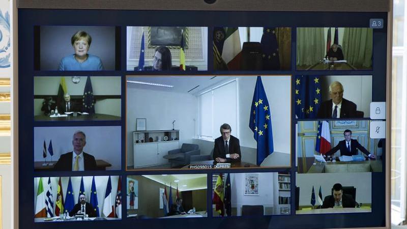 Bundeskanzlerin Merkel (oben links) und andere europäische Staats- und Regierungschefs, sowie Mitglieder des Europäischen Rates, sind während einer Videokonferenz auf einem Bildschirm zu sehen. Foto: Ian Langsdon/EPA POOL/AP/dpa