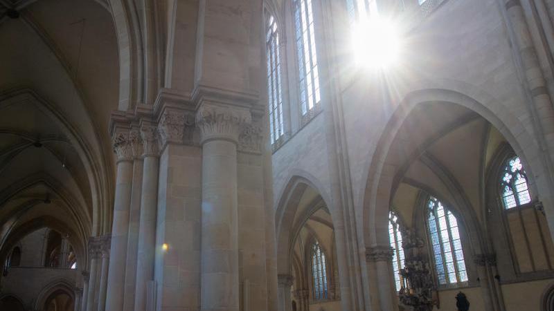 Die Sonne scheint durch ein Fenster in das Innere des Magdeburger Doms. Foto: Klaus-Dietmar Gabbert/dpa-Zentralbild/ZB