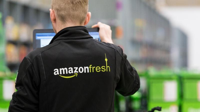 """""""Sortiment und Lieferung können aufgrund erhöhter Nachfrage vorübergehend eingeschränkt sein"""": Auch Amazon muss dem Kundenansturm Tribut zollen. Foto: Monika Skolimowska/dpa"""