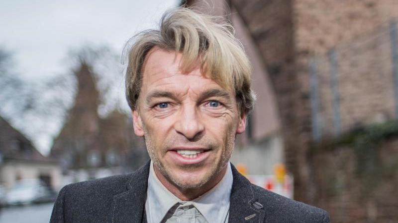 André Eisermann, Schauspieler, steht in der Nibelungenstadt an der historischen Stadtmauer. Foto: Andreas Arnold/dpa/Archivbild