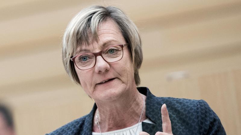 Edith Sitzmann (Die Grünen), Finanzministerin von Baden-Württemberg, spricht während einer Sitzung im Stuttgarter Landtag. Foto: Tom Weller/dpa/Archivbild