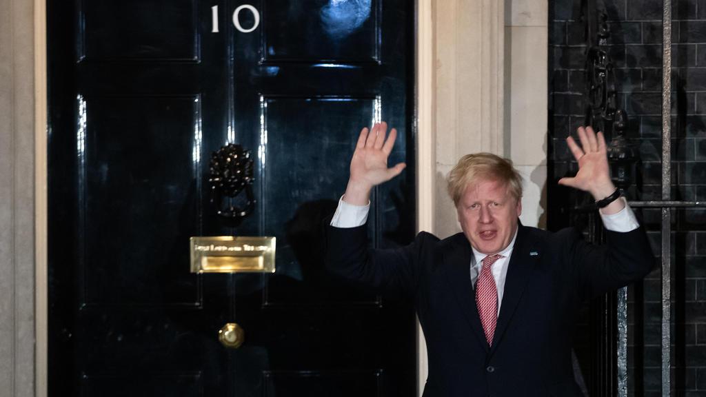 26.03.2020, Großbritannien, London: Boris Johnson, Premierminister von Großbritannien, schließt sich vor der Downing Street 10 dem landesweiten Applaus für den NHS (Das staatliche Gesundheitssystem in Großbritannien und Nordirland) an, um das medizin