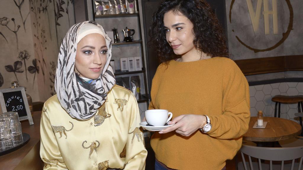 Shirin (Gamze Senol, r.) und ihre Cousine Nazan (Vildan Cirpan) nähern sich bei GZSZ wieder an.