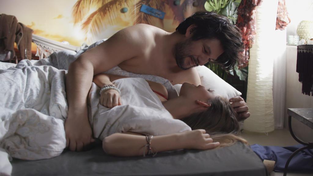 AWZ: Nathalie und Maximilian im Bett.