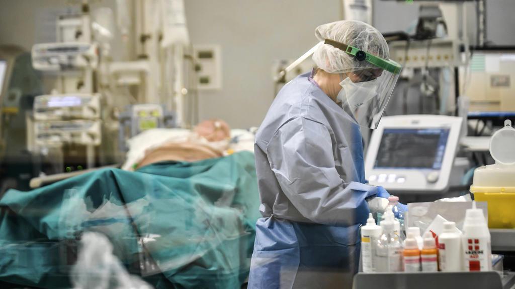 26.03.2020, Italien, Pavia: Ein Arzt arbeitet auf der Covid-19-Intensivstation des San Matteo Krankenhauses, auf der ein Patient stationiert ist. Foto: Claudio Furlan/LaPresse/AP/dpa +++ dpa-Bildfunk +++