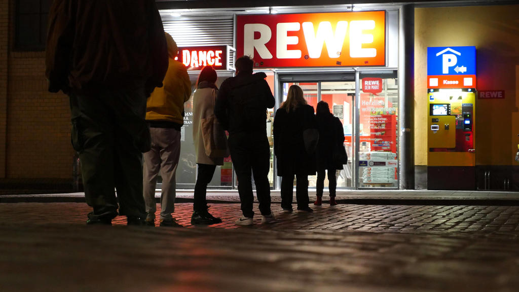 27.03.2020, Berlin - Deutschland: Corona-Krise, aus Sicherheitsgründen werden nur noch wenige Leute gleichzeitig in den Supermarkt gelassen, es bildet sich abends eine Schlange. *** 27 03 2020, Berlin Germany Corona crisis, for security reasons only