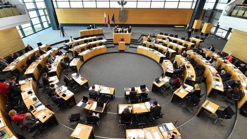 Abgeordnete tagen im Plenarsaal des Thüringer Landtages. Foto: Martin Schutt/dpa-Zentralbild/dpa/Archivbild