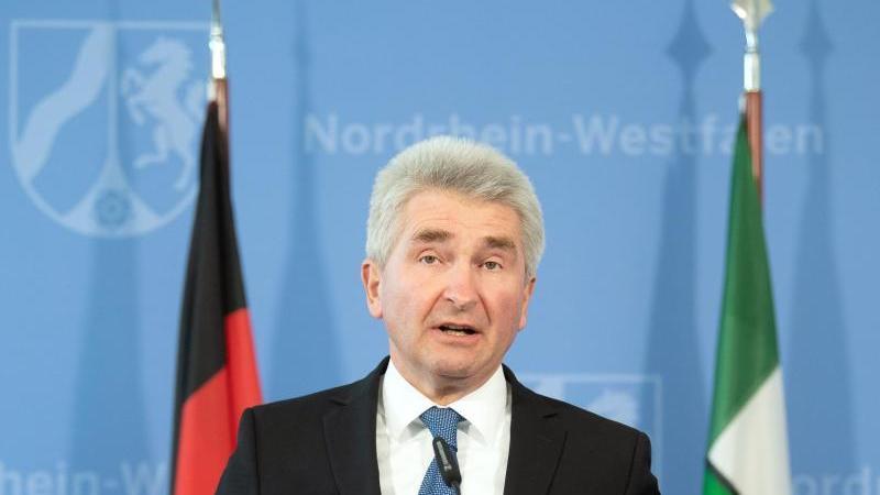 Andreas Pinkwart (FDP), Wirtschaftsminister von NRW, spricht während einer Pressekonferenz. Foto: Federico Gambarini/dpa