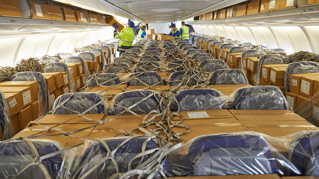 HANDOUT - 27.03.2020, Hessen, Frankfurt/Main: Der Logistikdienstleister DB Schenker und Lufthansa Cargo haben 2.780.000 Atemschutzmasken an die Landesregierung von Hessen geliefert. Die 12,7 Tonnen medizinisches Material erreichten aus Schanghai komm
