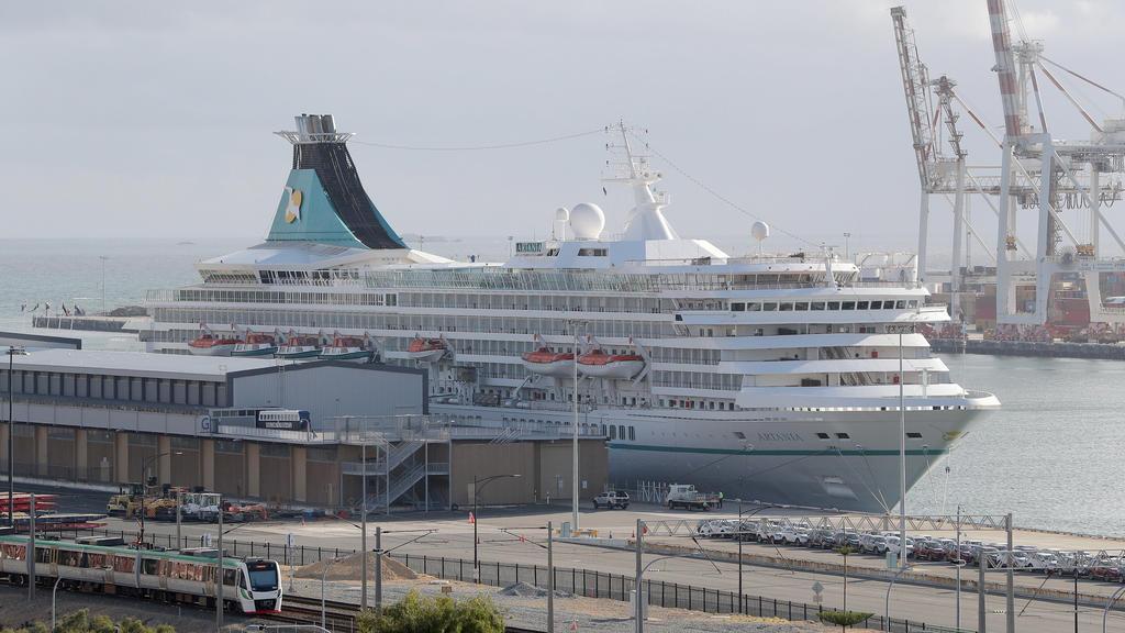 ARCHIV - 27.03.2020, Australien, Perth: Das deutsche Kreuzfahrtschiff «MS Artania» liegt im Hafen von Fremantle. (zu dpa «Australien: Corona-Verdacht bei 46 Kreuzfahrt-Passagieren») Foto: Richard Wainwright/AAP/dpa +++ dpa-Bildfunk +++