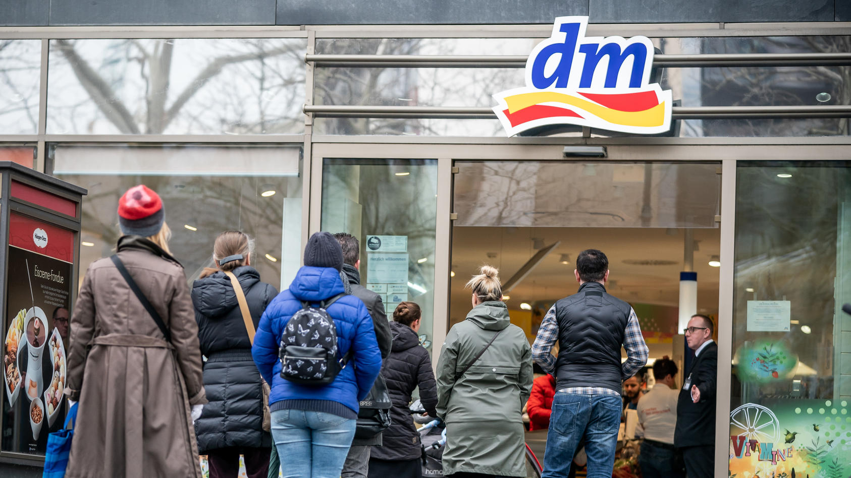 Vor den dm-Filialen stehen die Kunden derzeit Schlange.
