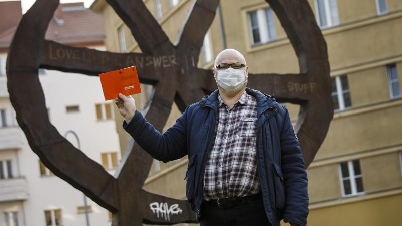 Teilnehmer einer Demonstration in Berlin für Verfassung, Grundgesetz, sowie vollständige Demokratie bei der Einsetzung neuer Wirtschaftsgesetze. Foto: Carsten Koall/dpa